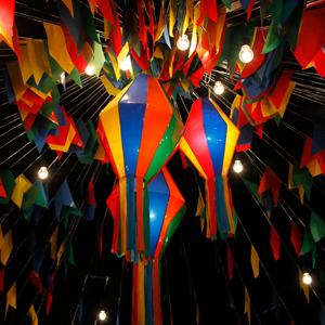 Balão e bandeirolas juninas
